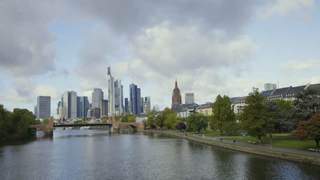 timelapse frankfurt skyline - wop productions stock-videos und b-roll-filmmaterial