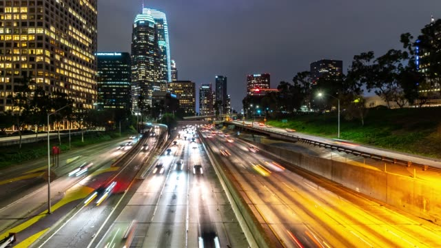 Time-lapse Freeway trafik vid Los Angeles Downtown solnedgången