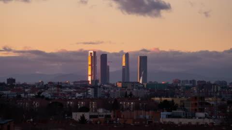 vídeos y material grabado en eventos de stock de timelapse from distance of the cuatro torres at sunset - plano descripción física