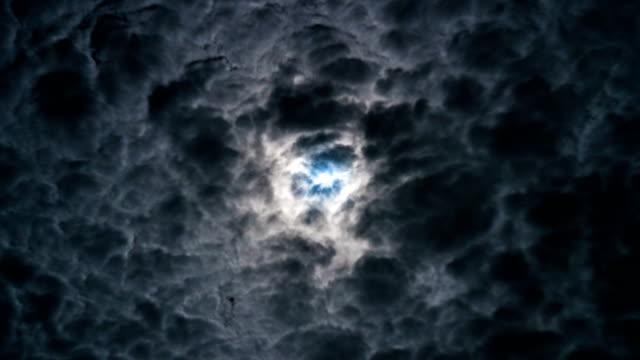 vídeos y material grabado en eventos de stock de 4k timelapse - luna llena en tiempo tormentoso - sólo cielo