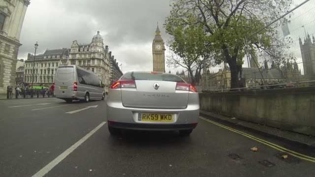 timelapse gopro footage driving round westminster in london united kingdom on friday november 14 2017 - torre dell'orologio torre video stock e b–roll