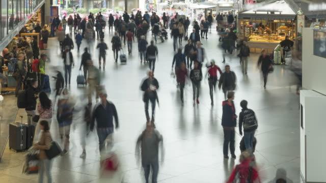 zeitraffer-hochwinkelansicht, luftbild im münchner bahnhofsbahnsteig, die menschenmenge von fußgängern, passanten und verlassen des zuges an einem wochenende im sommer, rush hour, münchen, deutschland - bahnhof stock-videos und b-roll-filmmaterial