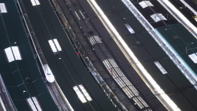 vídeos y material grabado en eventos de stock de 4k time-lapse high angle view of shinkansen in tokyo station with normal train approaching platform, tokyo, japan. - estación de tren