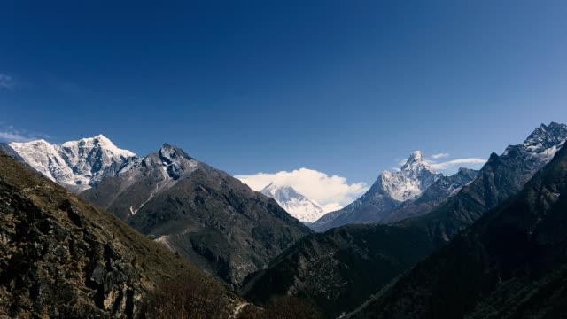 vidéos et rushes de timelapse himalayas mountain range near namche bazaar village at everest region - mountain range
