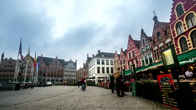 vidéos et rushes de time-lapse hd : bâtiment historique de market square de bruges, belgique - hd format