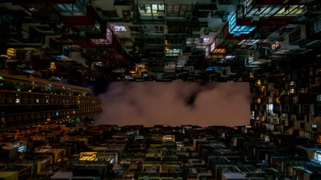 4k time-lapse : hong kong apartment blocks at night - inquadratura estrema dal basso video stock e b–roll