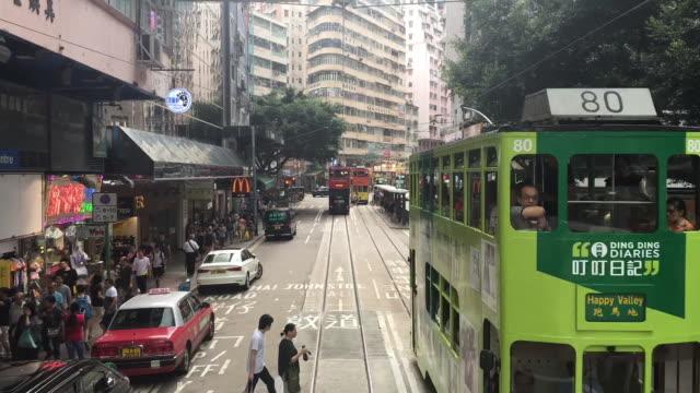 vídeos de stock, filmes e b-roll de timelapse hong kong tram, wan chai pedestres - wan chai