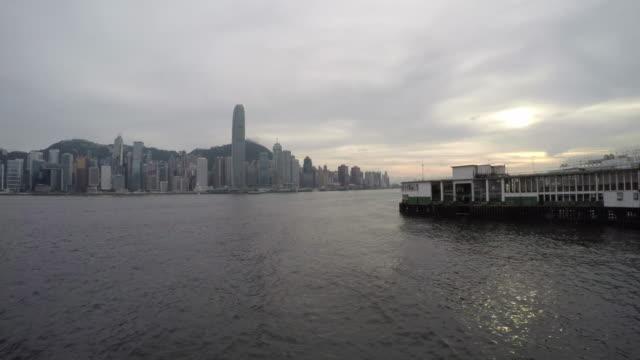4 k time -lapse (低速度撮影):香港ビクトリアハーバー - フェリーターミナル点の映像素材/bロール