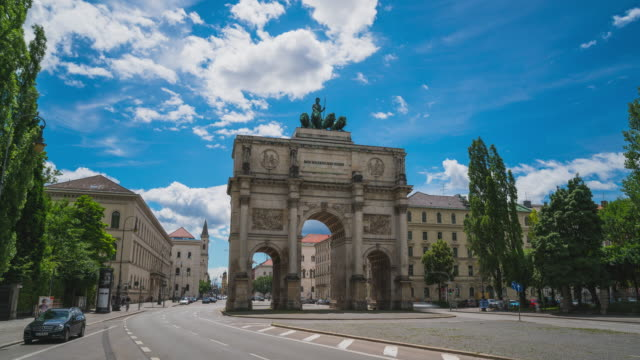 timelapse / hyperlapse at the siegestor in munich, bavaria, germany - push in shot - zeitraffer stock videos & royalty-free footage