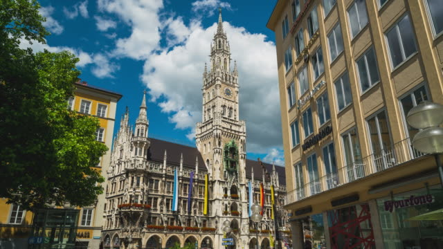 vidéos et rushes de timelapse / hyperlapse of munich's city hall at marienplatz - rathaus