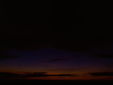 timelapse image of brilliant sunrise. - ロマンチックな空点の映像素材/bロール