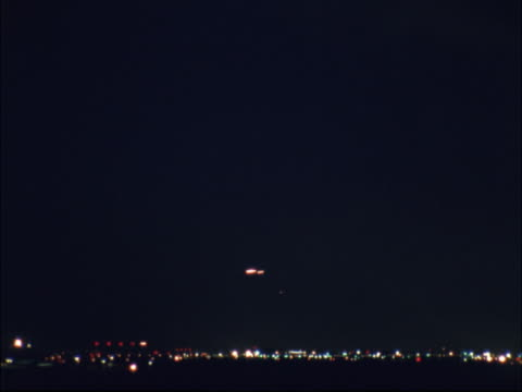 timelapse image of distant air traffic at night. - artbeats 個影片檔及 b 捲影像