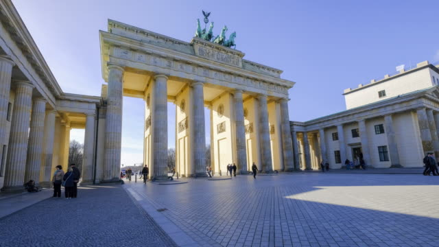 vídeos de stock e filmes b-roll de 4k timelapse in berlin brandenburg tor gate, berlin, germany - wahrzeichen