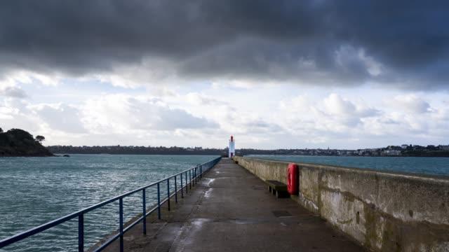 timelapse in bretagne : high tides in saint-malo - atlantik stock-videos und b-roll-filmmaterial