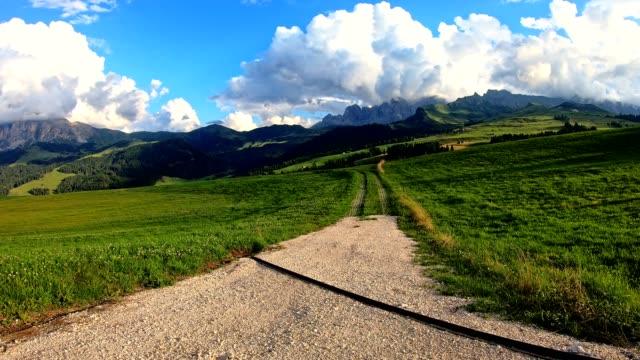 timelapse in the alps - alpe di siusi video stock e b–roll