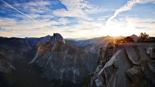vídeos de stock, filmes e b-roll de time-lapse in yosemite national park of sunrise from glacier point. - céu dramático