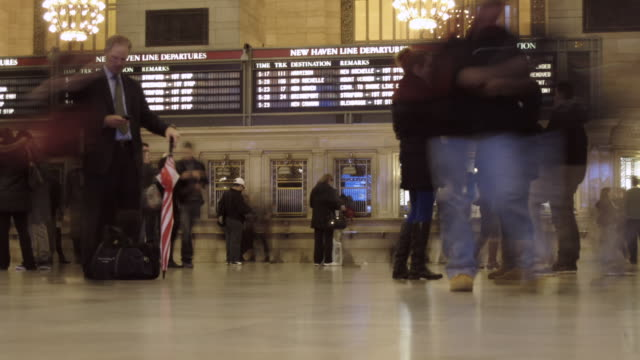 vídeos de stock, filmes e b-roll de timelapse inside grand central terminal - sinal informativo