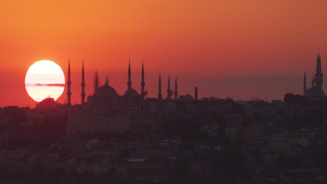 Timelapse : Istanbul sunset behind the silhouette of Blue Mosque