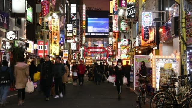 vídeos de stock, filmes e b-roll de lapso de tempo: distrito da vida nocturna de shinjuku de kabukicho, tokyo, japão - poste