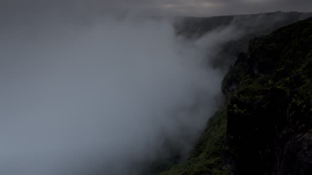 vídeos de stock e filmes b-roll de timelapse khareef monsoon mist swirls over mountainous coast, oman - monção