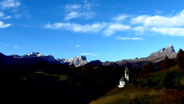 Timelapse La Valle commune française, située dans les Alpes Dolomites, Italie