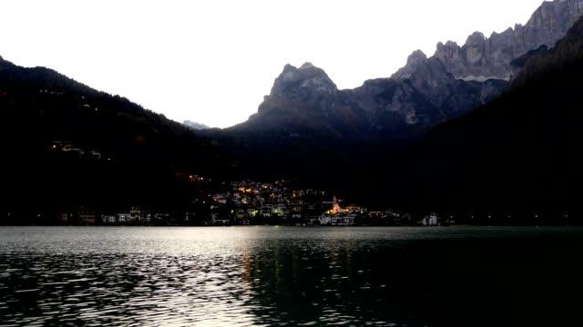 vídeos de stock, filmes e b-roll de timelapse lago alleghe alpes dolomitas, itália - lago reflection