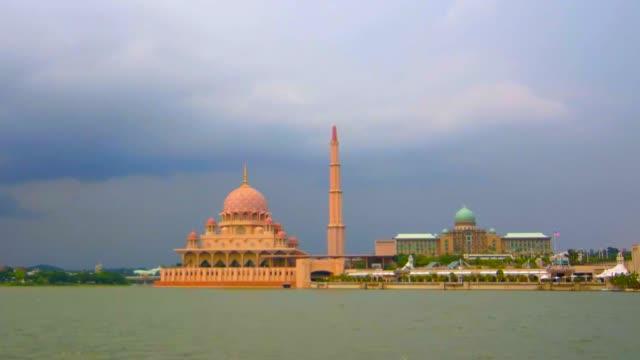 timelapse lake of masjid putra or putra mosque, putrajaya, malaysia - putrajaya stock videos & royalty-free footage
