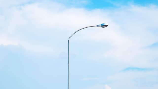 vídeos de stock, filmes e b-roll de timelapse de 4k: lâmpada - poste