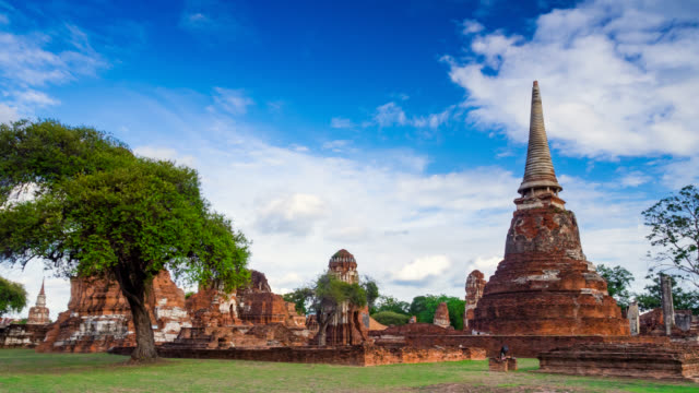 stockvideo's en b-roll-footage met timelapse landmark oude tempel in de provincie ayutthaya - standbeeld