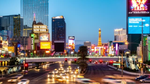 time-lapse las vegas strip boulevard in nevada usa sonnenuntergang - sunset boulevard stock-videos und b-roll-filmmaterial