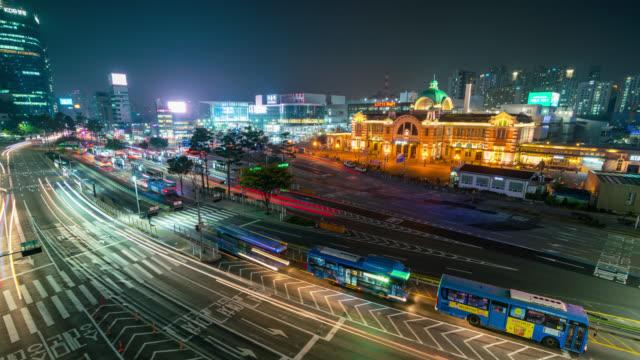 timelapse lichtspuren des autos auf der straße vor seoul station in der nacht in der stadt seoul, südkorea - heranzoomen stock-videos und b-roll-filmmaterial
