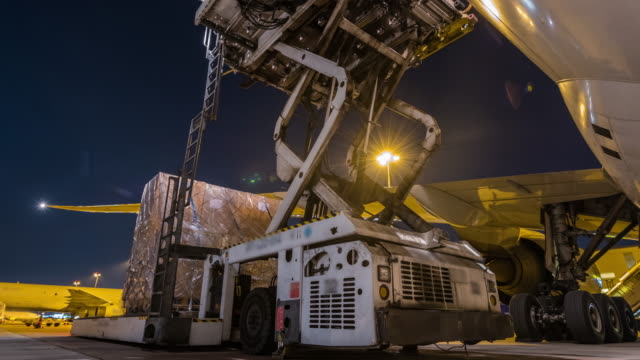 time-lapse: loading cargo outside cargo aircraft - mezzo di trasporto video stock e b–roll
