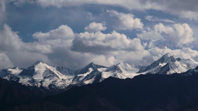 vídeos de stock, filmes e b-roll de 4k, lapso de tempo, confinamento; montanhas cobertas de neve no himalaia em leh, na índia. - himalaias