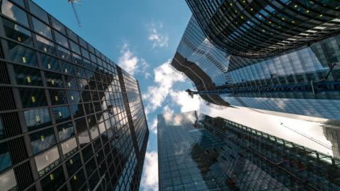 vídeos y material grabado en eventos de stock de time-lapse: london cityscape oficina fondo de rascacielos - cristal material