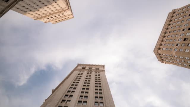 time-lapse: låg vinkel skott av sky skrapa på new york city hall downtown - fönsterrad bildbanksvideor och videomaterial från bakom kulisserna