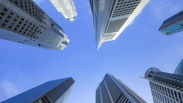 4 k コマ撮り、低角度のビューは、空を背景には、高層ビルのショット。 - 真下からの眺め点の映像素材/bロール