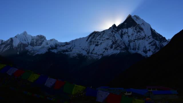 stockvideo's en b-roll-footage met timelapse machapuchare peak at sunrise - annapurna range