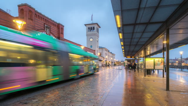 Time-lapse Malmö station centrum bij nacht avondschemering in Zweden