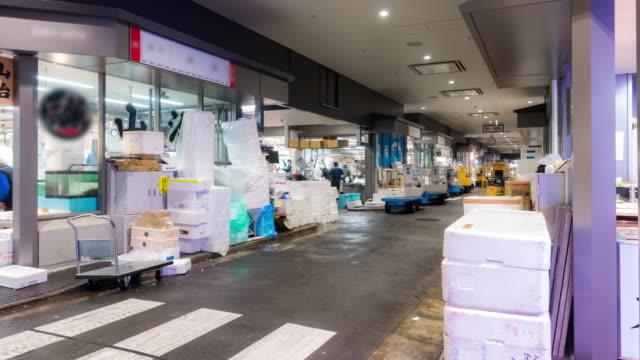 Time-lapse: koopman en werknemer druk op Toyosu Fish Market Tokyo Japan