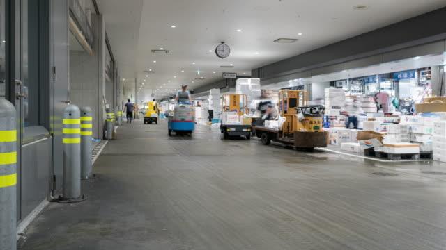 vídeos de stock, filmes e b-roll de lapso de tempo: trabalhadores mercantes e clientes lotados no mercado de peixes de toyosu no tempo da manhã, tokyo japão - sales occupation