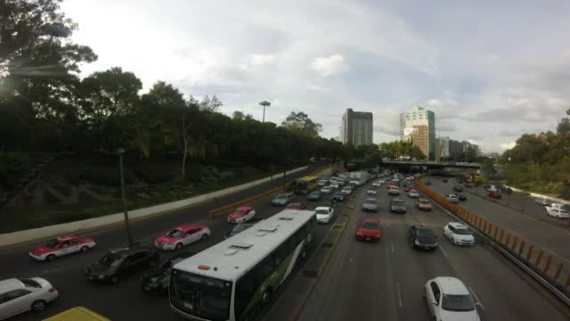 vídeos y material grabado en eventos de stock de timelapse mexico city traffic moving along busy road - ciudad de méxico