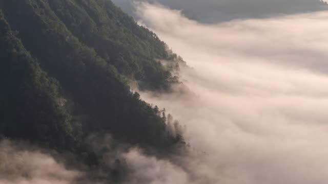 vídeos y material grabado en eventos de stock de timelapse: niebla que fluye sobre el lago mashu en akan parque nacional de hokkaido, japón - caldera cráter