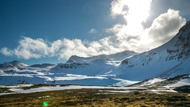 4 k zeitraffer : bergmassiv snäfellsnes halbinsel, wasserfall landschaft, island - snäfellsnes stock-videos und b-roll-filmmaterial