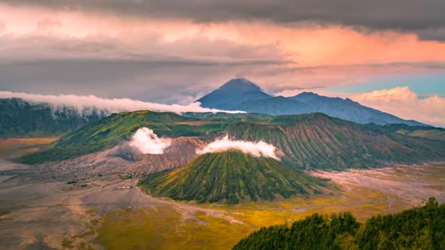 vídeos y material grabado en eventos de stock de 4 k timelapse película amanecer escena vista de montaña bromo y semeru, batok widodaren, tengger caldera, java oriental, indonesia - caldera cráter