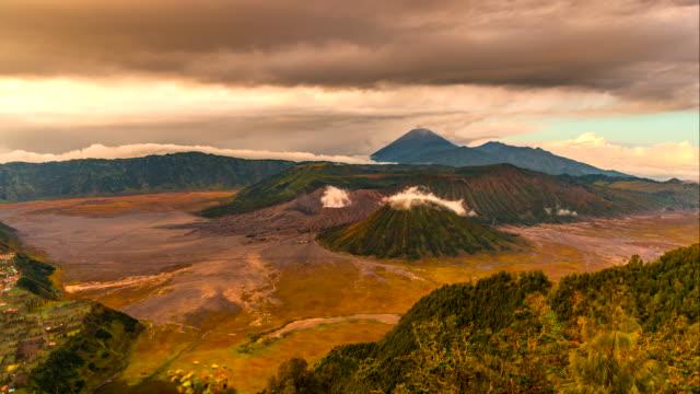 4k timelapse movie sunrise scene view of mts. bromo, semeru, batok and widodaren, tengger caldera - tengger stock videos & royalty-free footage