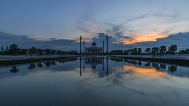 4k timelapse movie sunset scene of central mosque, the biggest muslim mosque in songkhla, thailand - moschea video stock e b–roll