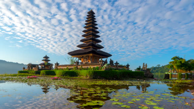 vídeos de stock e filmes b-roll de 4k timelapse movie with slider scene of pura ulun danu bratan temple, bali, indonesia - indonesia