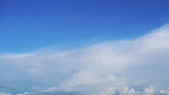 zeitraffer bewegende wolken mit blauem himmel - dramatischer himmel stock-videos und b-roll-filmmaterial