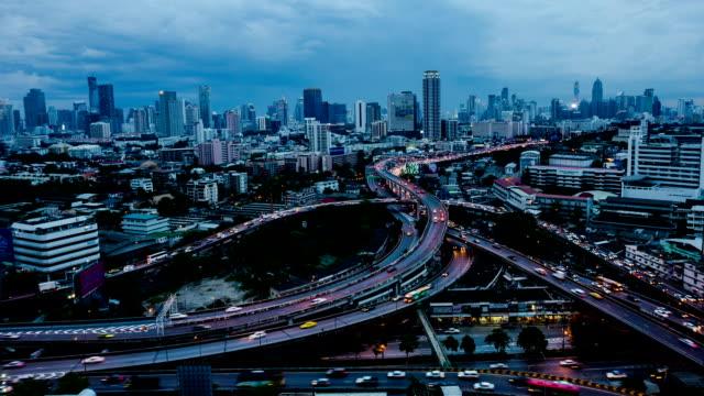 HD-Zeitraffer: Mehrstöckigen Verkehr in der Stadt bei Nacht
