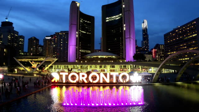 zeitraffer: nathan phillips square und city hall in toronto - toronto stock-videos und b-roll-filmmaterial